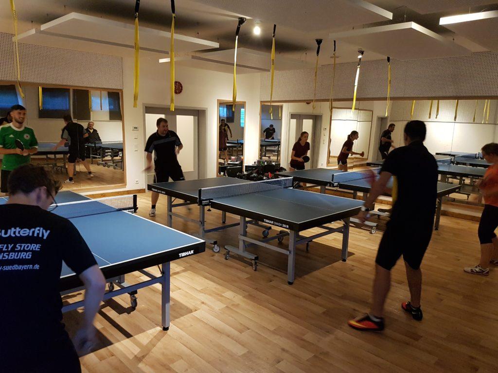 Spontaner Umzug aufgrund von doppelter Hallenbelegung inkl. TT-Tischen in den Gymnastikraum